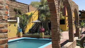 Una piscina al aire libre (de 9:00 a 21:00), tumbonas