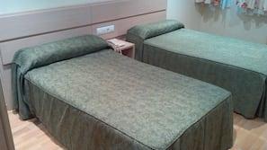 Caja fuerte, escritorio, cortinas opacas