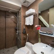 Bồn tắm vòi sen trong phòng tắm