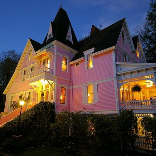 Great Place to stay Cedar Crest Inn near Asheville