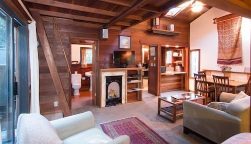 Featured Image, Redwood Cottage-Pet Friendly