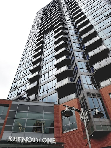Downtown Luxury High-rise Condo 2 BR / 2 BA Suite Next To BMO / Stampede Grounds