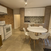 Huge 5 Bedroom Apartment 2 Full Bathrooms Downtown Montreal Free Parking