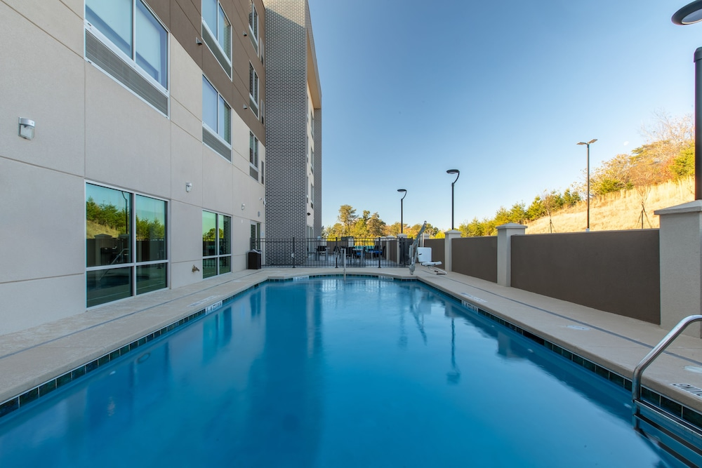 Pool, Holiday Inn Express & Suites Gainesville - Lake Lanier Area, an IHG Hotel
