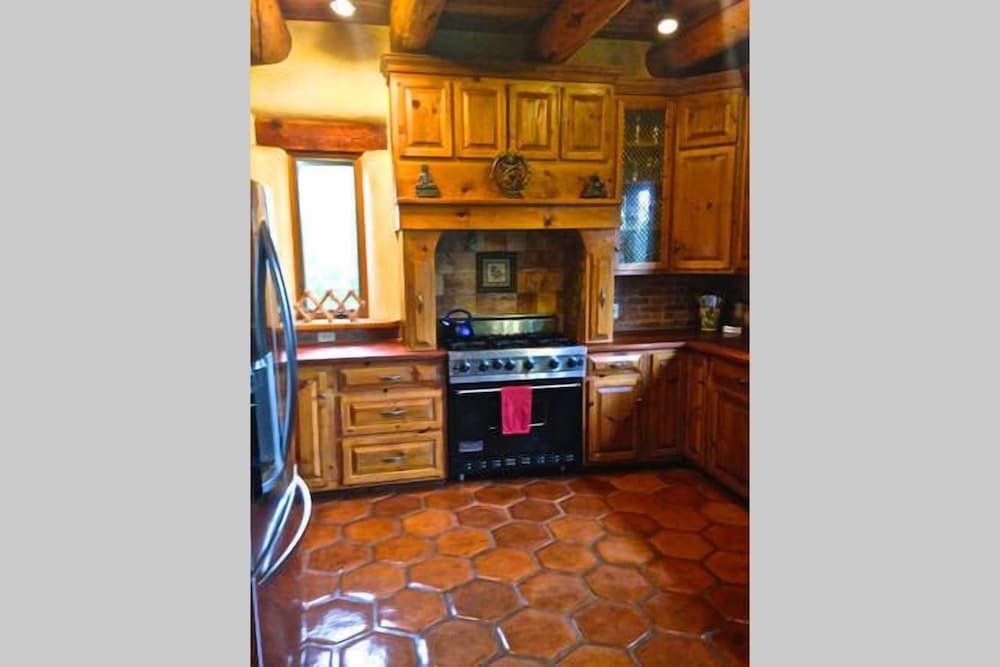 Private Kitchen, Winsor Castle and Ski Retreat! 15 min to Ski Lifts and 15 min to Taos Plaza