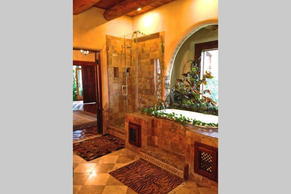 Bathroom, Winsor Castle and Ski Retreat! 15 min to Ski Lifts and 15 min to Taos Plaza