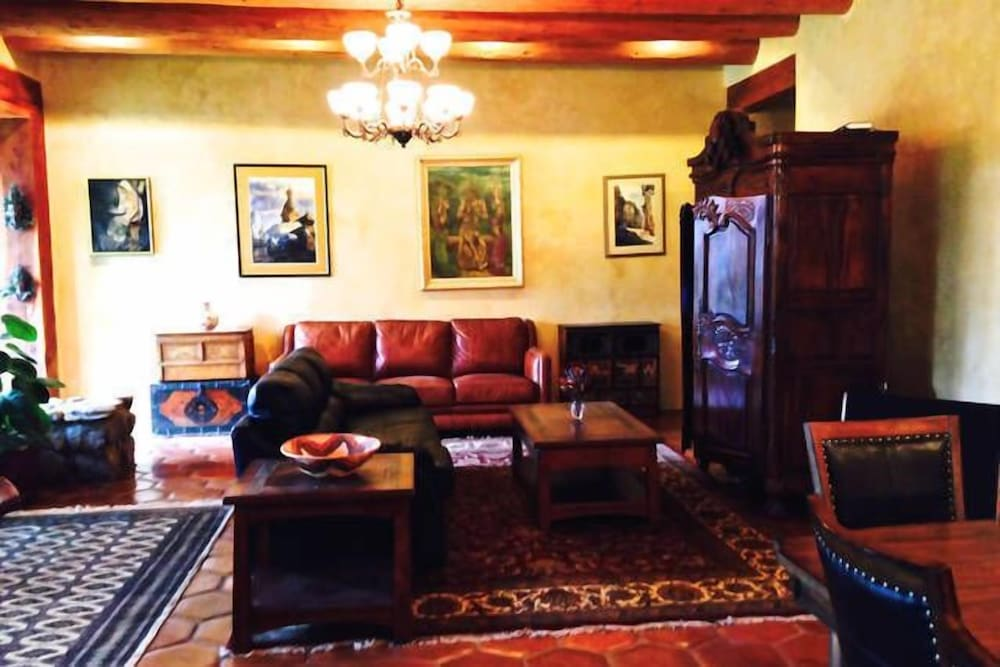 Living Room, Winsor Castle and Ski Retreat! 15 min to Ski Lifts and 15 min to Taos Plaza