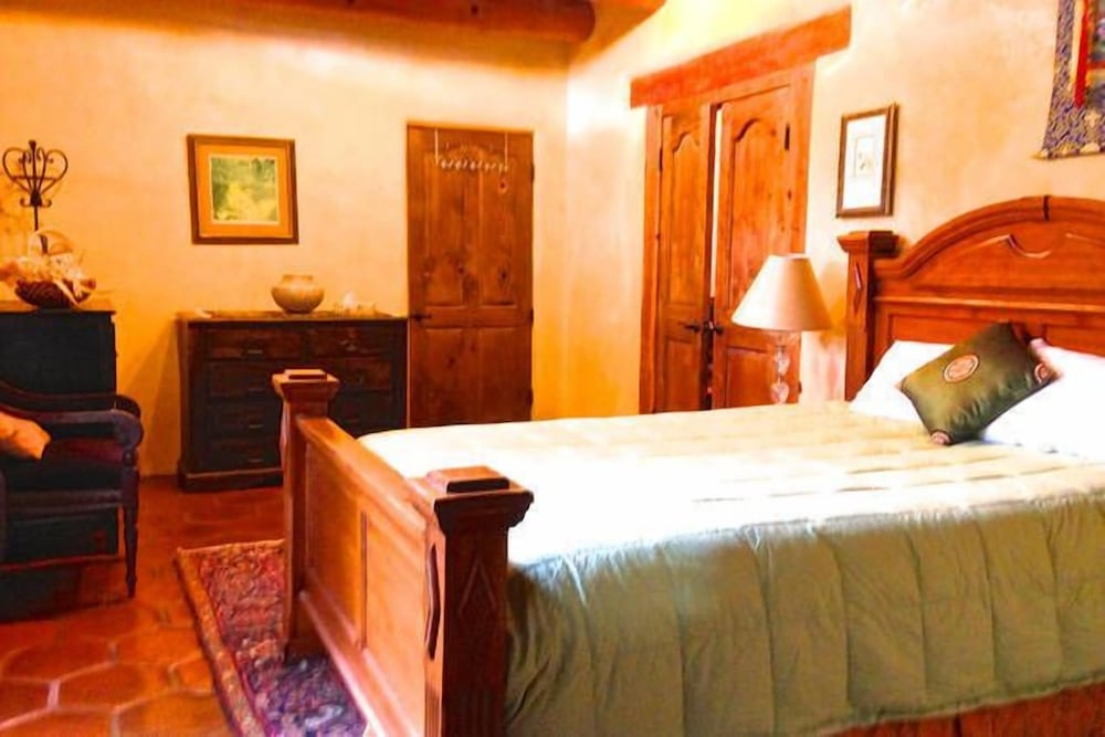 Room, Winsor Castle and Ski Retreat! 15 min to Ski Lifts and 15 min to Taos Plaza
