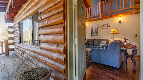 Cozy Modern Log Home With Amazing Backyard/bbq 3 bd 2 bth