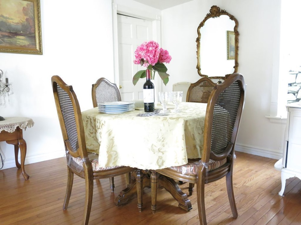 In-Room Dining, Little Victorian Cottage IN Central City: Great View AND Location