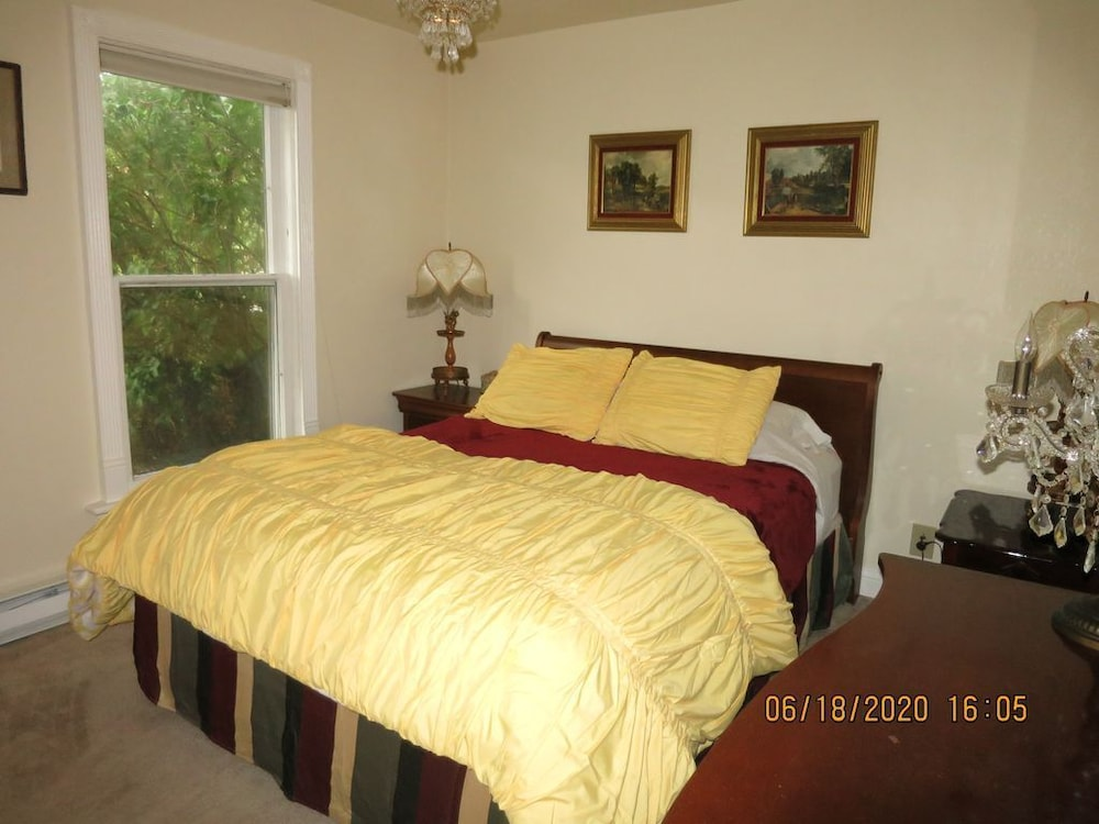 Room, Little Victorian Cottage IN Central City: Great View AND Location