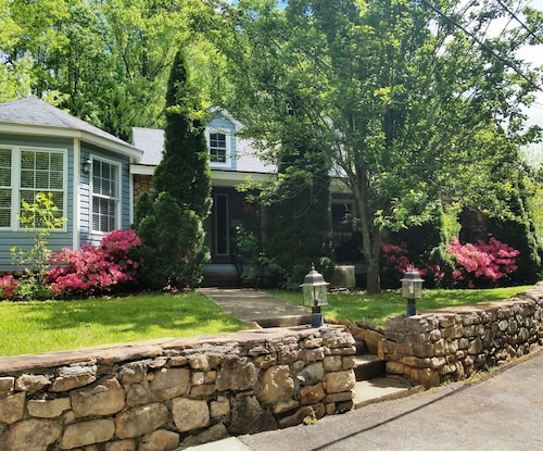 Stone Cottage Less Than 3 Miles to Biltmore Park & Blue Ridge Parkway