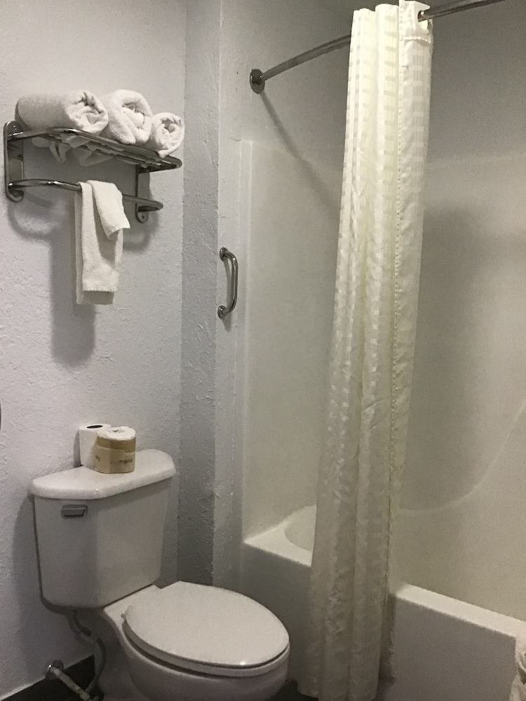 Bathroom, Budget Inn and Suites