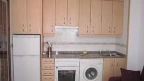Full-sized fridge, microwave, oven, cookware/dishes/utensils
