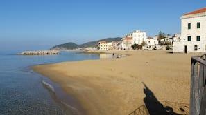 Spiaggia privata, lettini da mare, ombrelloni