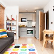Colourful Modern Brixton 2 Bed with Balcony