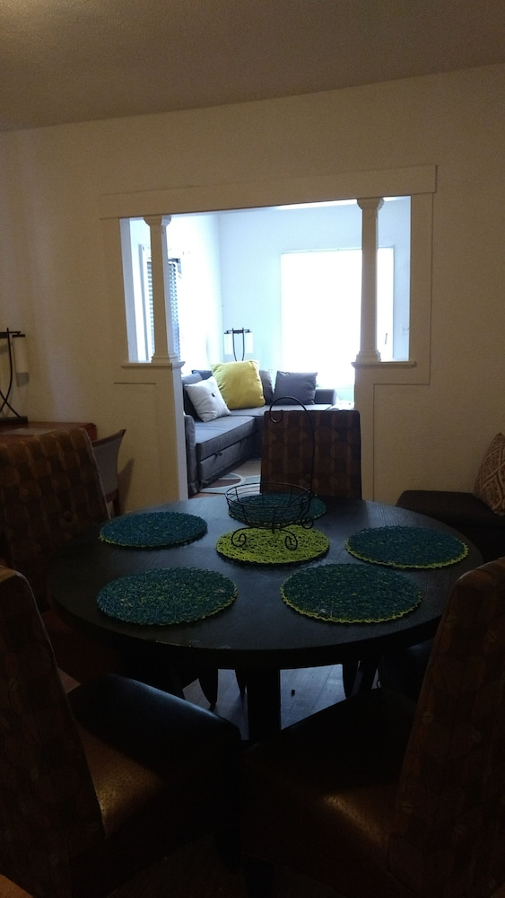 In-Room Dining, Beautiful Downtown Indy Guest Homes