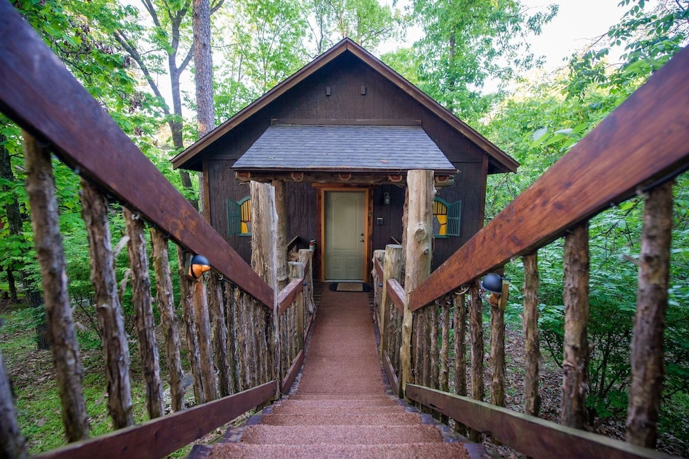Oak Crest Cottages & Treehouses in Eureka Springs | Hotel Rates