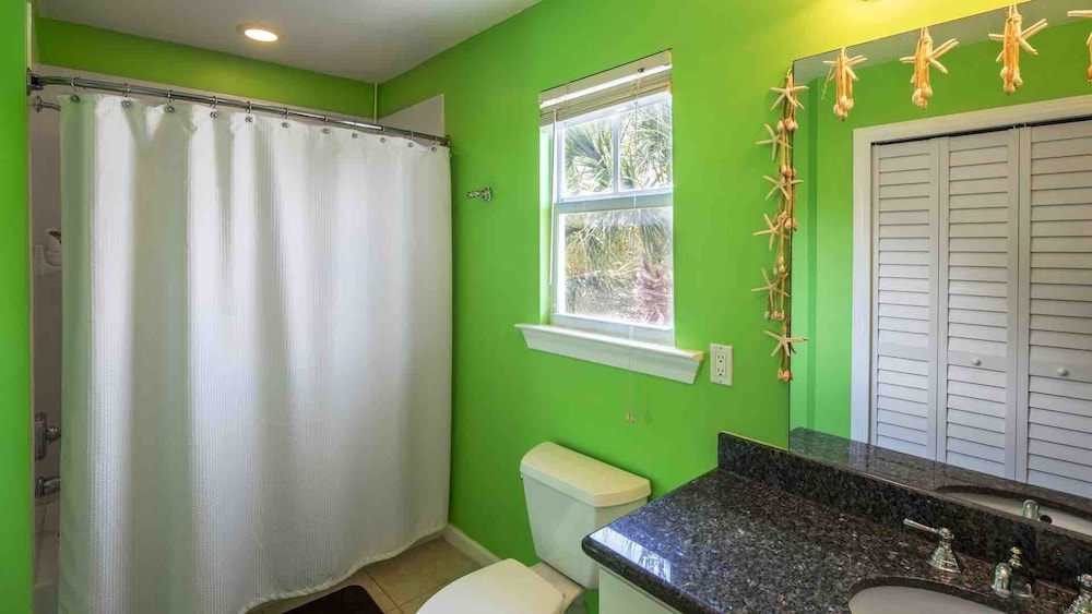 Bathroom, Octopus's Garden @ Coral Hammock Spacious Home & Pool + Last KEY Services..