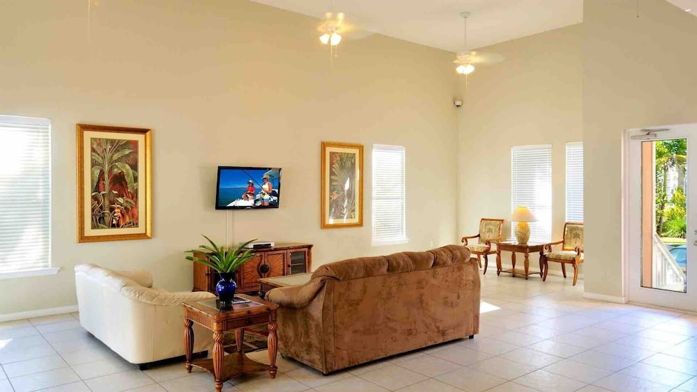 Living Room, Octopus's Garden @ Coral Hammock Spacious Home & Pool + Last KEY Services..