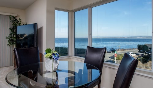 Lover's Point 6 - Pacific Grove Townhome - Oceanfront Lovers Point