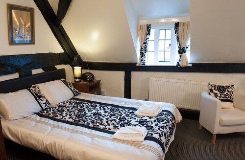 Dog Friendly First Floor Apartments in Historic Thatched Cottage in New Forest
