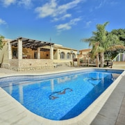 Large 4 Bedroom Villa With Private Pool Sleeps 10 Very Close to Beach and Marina