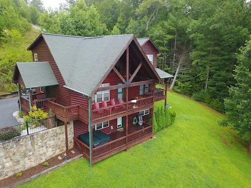 Beautiful Upscale Cabin With Mountain Views, Pool Table and hot Tub. Amazing