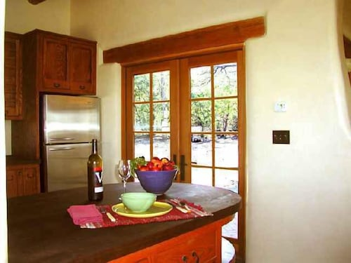Private Kitchen, Coyote Mountain Cabin Retreat, Serene Exclusive Privacy in the Tall Pines