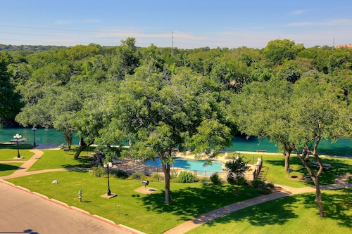 RRC 305 2/2 Located Right on the Comal River! Walk to Downtown New Braunfels!