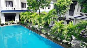 Piscine extérieure, piscine à débordement
