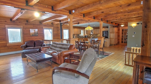 Large 5-bedroom on 4 Quiet Acres in Nederland w/ hot tub