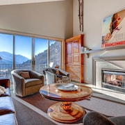 Mountainside Condominium With Gourmet Kitchen, Three Fireplaces and Hot Tub