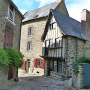 Logis Located in the Port of Dinan: Walking, Canoeing, sea Relaxing