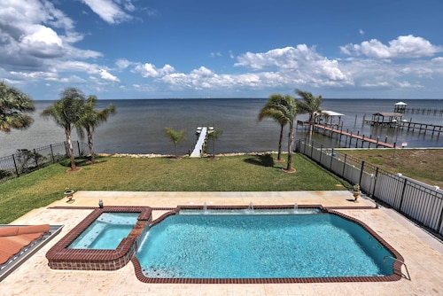 Waterfront Titusville Resort Home w / Piscina e Banheira de Hidromassagem