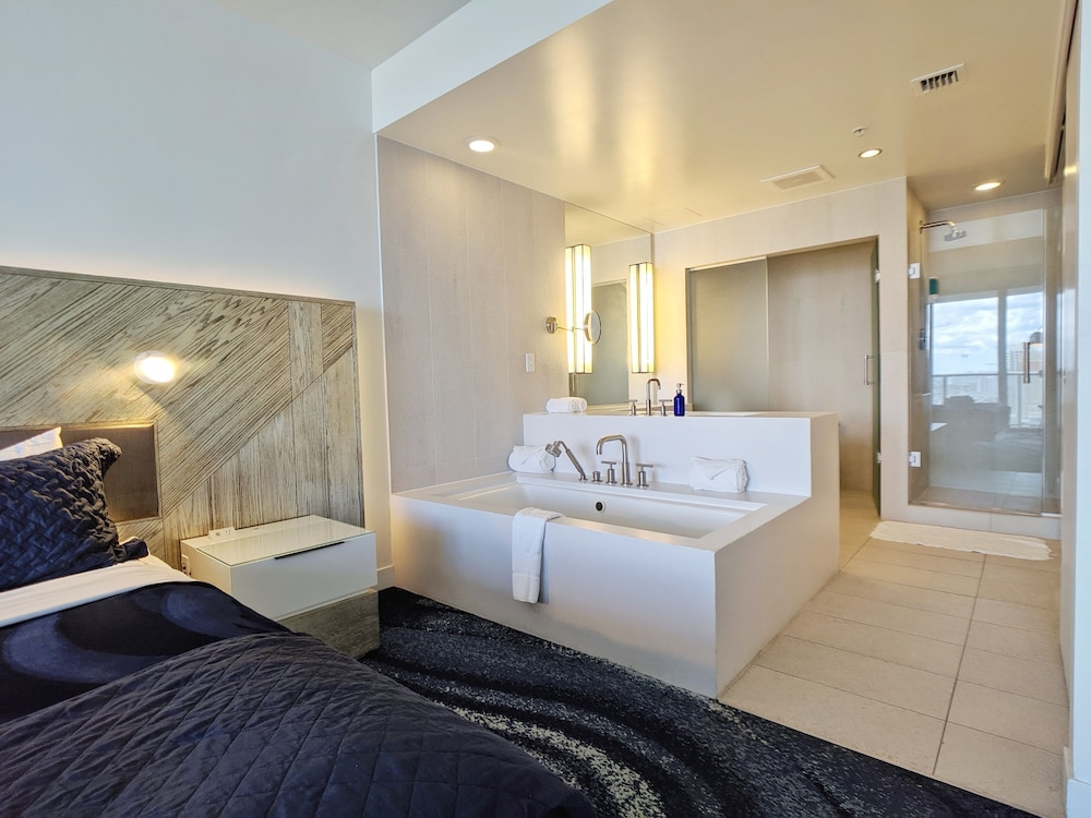 Room, Modern Luxury Beachfront Hotel 2 Bedroom With Great Views and 3 Balconies 18