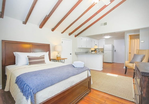 Great Place to stay Stay Local in Savannah: Studio With Full Kitchen Across From the Cathedral near Savannah