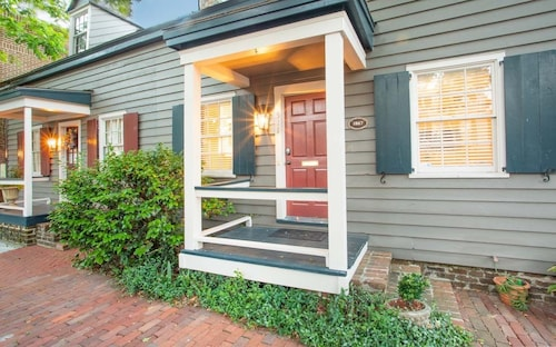 Great Place to stay Stay Local in Savannah: Historic Cottage With Private Courtyard, 2 Parking! near Savannah