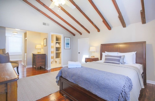 Great Place to stay Stay Local in Savannah: Studio on Liberty Street Across From the Cathedral near Savannah