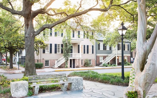 Stay With Lucky Savannah: Modern Appointed Garden Home in Historic District