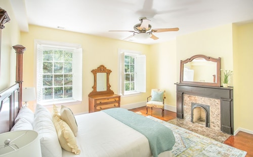 Great Place to stay Stay Local in Savannah: Historic Jones Street Home With Private Parking! near Savannah
