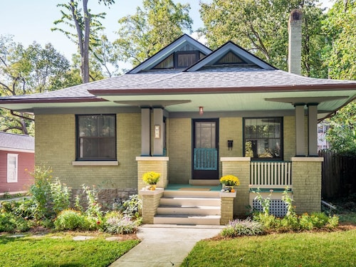 Great Place to stay Casa Verde - Mid Century Modern Artist's Bungalow Downtown near Lexington