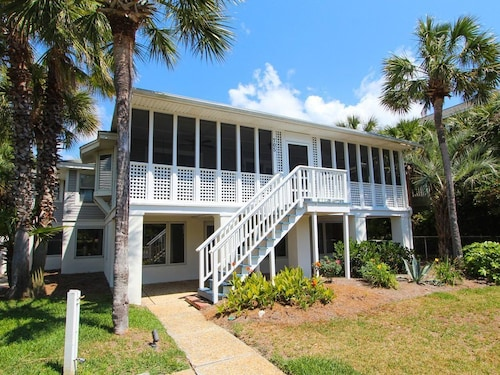 Charming Isle of Palms Beach Home With a Beautiful Deck and Private Balcony