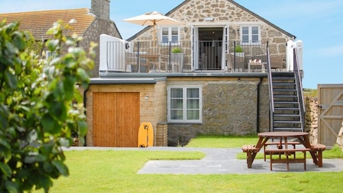The Saddle Room, a Rural and Coastal Combined, Distant sea Views, Garden, Wifi, Parking, BBQ