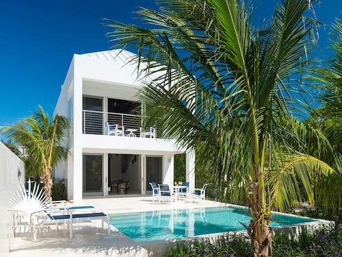 Little Plum Villa Steps From Restaurants and Snorkeling on Grace Bay Beach