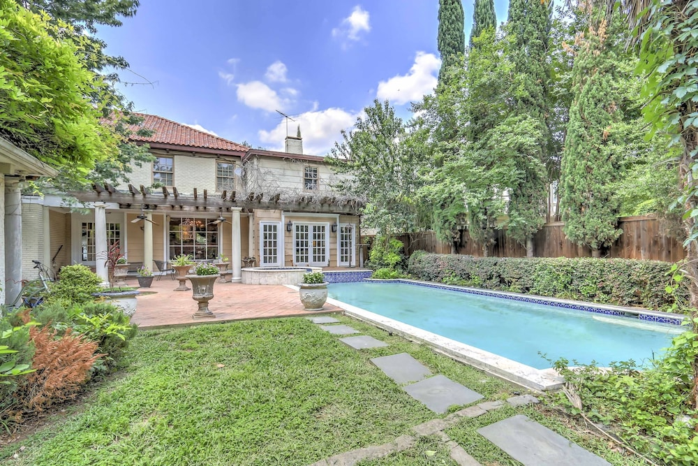 Stately Dallas Home W/pool Patio u0026 Hot Tub! in Dallas | Hotel Rates u0026 Reviews on Orbitz & Stately Dallas Home W/pool Patio u0026 Hot Tub! in Dallas | Hotel Rates ...