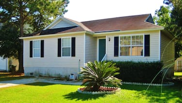Clean & Cozy Savannah House Near Tybee Beaches!
