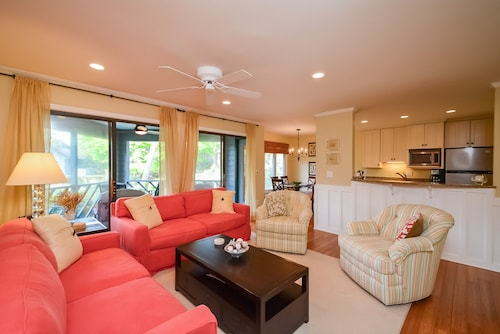 4711 Tennis Club: Beautiful 3 BR Villa With Screened Porch and Lagoon Views