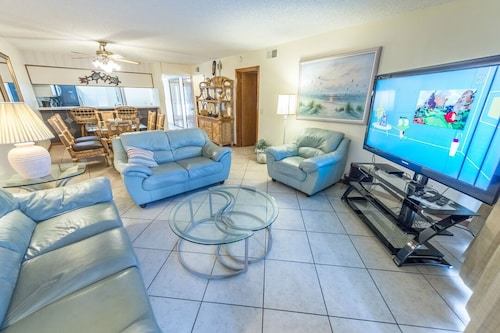 Ground Floor at Sandcastles - Large Heated Pool & hot tub - Directly on the Beach