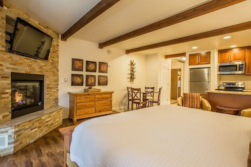 Honeymoon Studio - Beautifully Updated Studio in the Lakeland Village Lodge